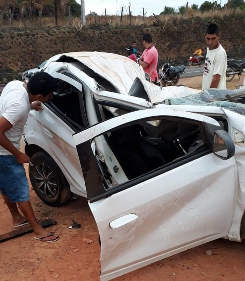 Veículo de passeio ficou completamente destruído após colisão contra motocicleta na BR-222 em Buriticupu — Foto: Divulgação