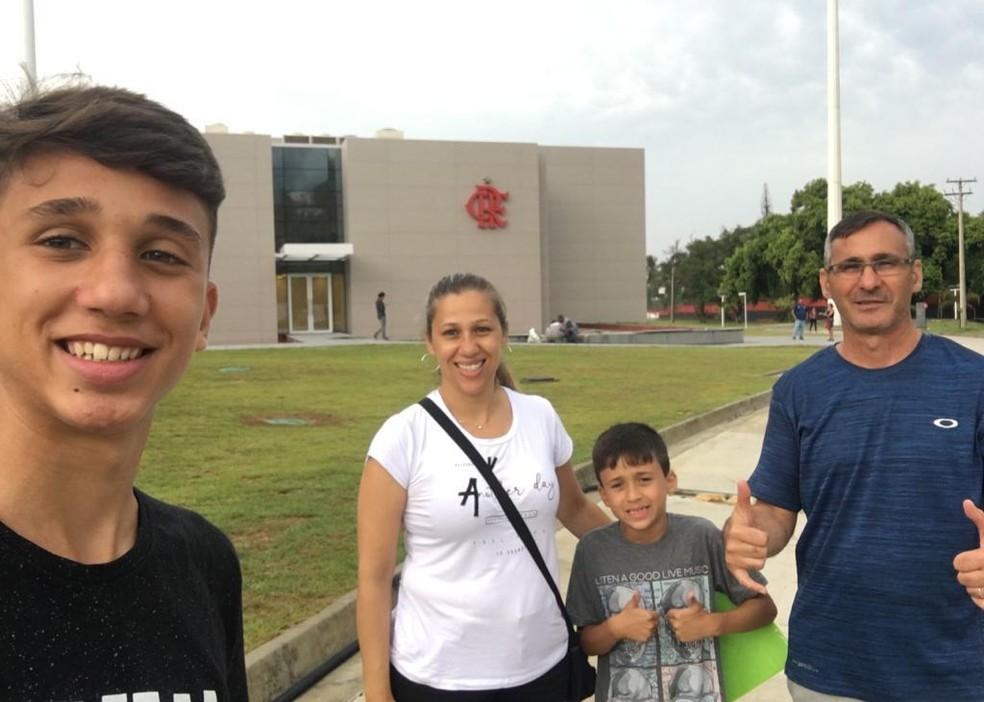 Paranaense João Vitor Torrezan, que sobreviveu ao incêndio no CT do Flamengo, com a família, que mora em Curitiba — Foto: Arquivo pessoal