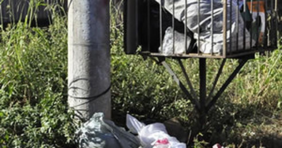 Bebê foi colocado em saco plástico e deixado em lixeira de condomínio em Cuiabá (Foto: Dhiego Maia/G1 MT)
