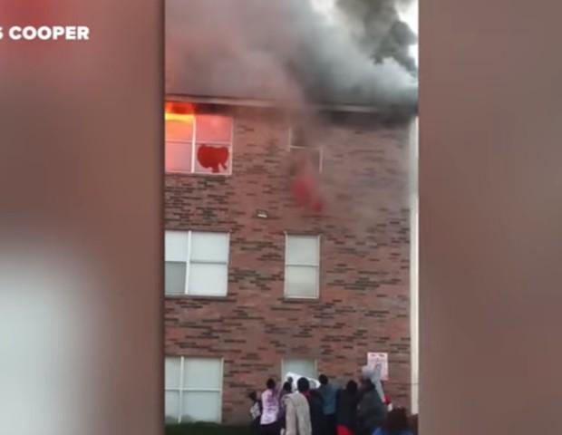 Incêndio em Dallas deixa famílias desalojadas. Bebê de um ano é atirado pela janela do terceiro andar  (Foto: Reprodução Youtube)