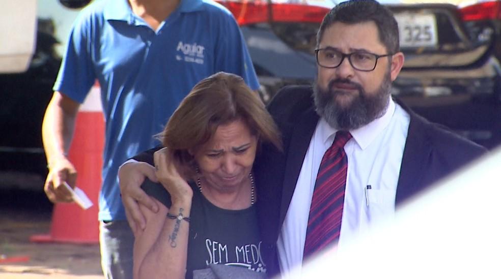 Beatriz Azevedo Olivato, de 57 anos, na chegada à delegacia em Ribeirão Preto — Foto: Fábio Junior/EPTV