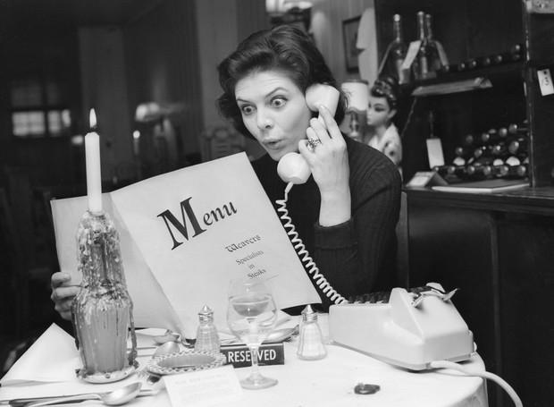 Falar no telefone no restaurante era um luxo nos anos 60 (Foto: Getty Images/ Reprodução)