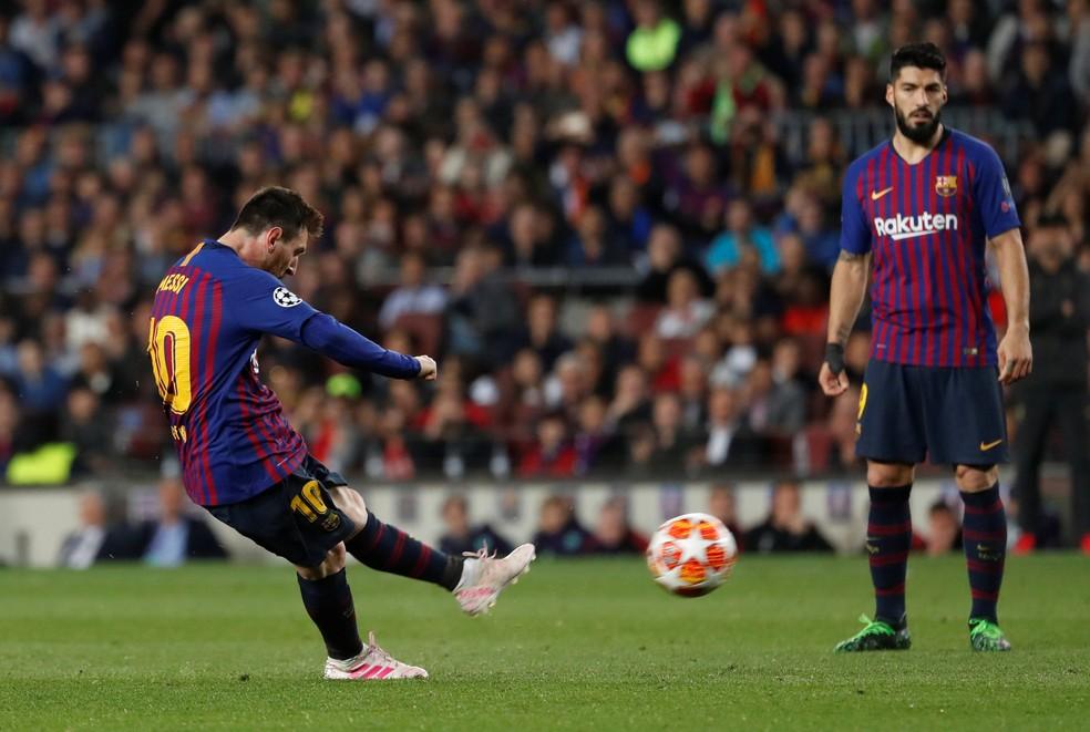 Messi cobra a falta observado por Suárez... — Foto: Reuters