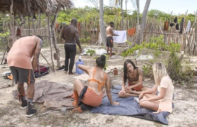 Não há banheiro nos acampamentos. Os competidores têm que ir a uma fossa ou fazer suas necessidades num cano, segundo relataram Elana, Chumbo e Jéssica (Foto: Reprodução)