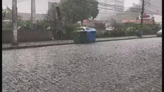 Granizo atinge cidades de várias regiões de Santa Catarina nesta sexta-feira; VÍDEO