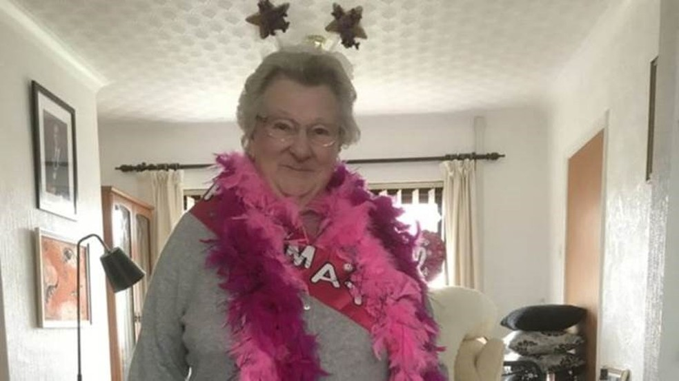-  May Webber na foto de comemoração de seus 90 anos: britânica perdeu contato com os irmãos quanto tinha 7 anos  Foto: Empics