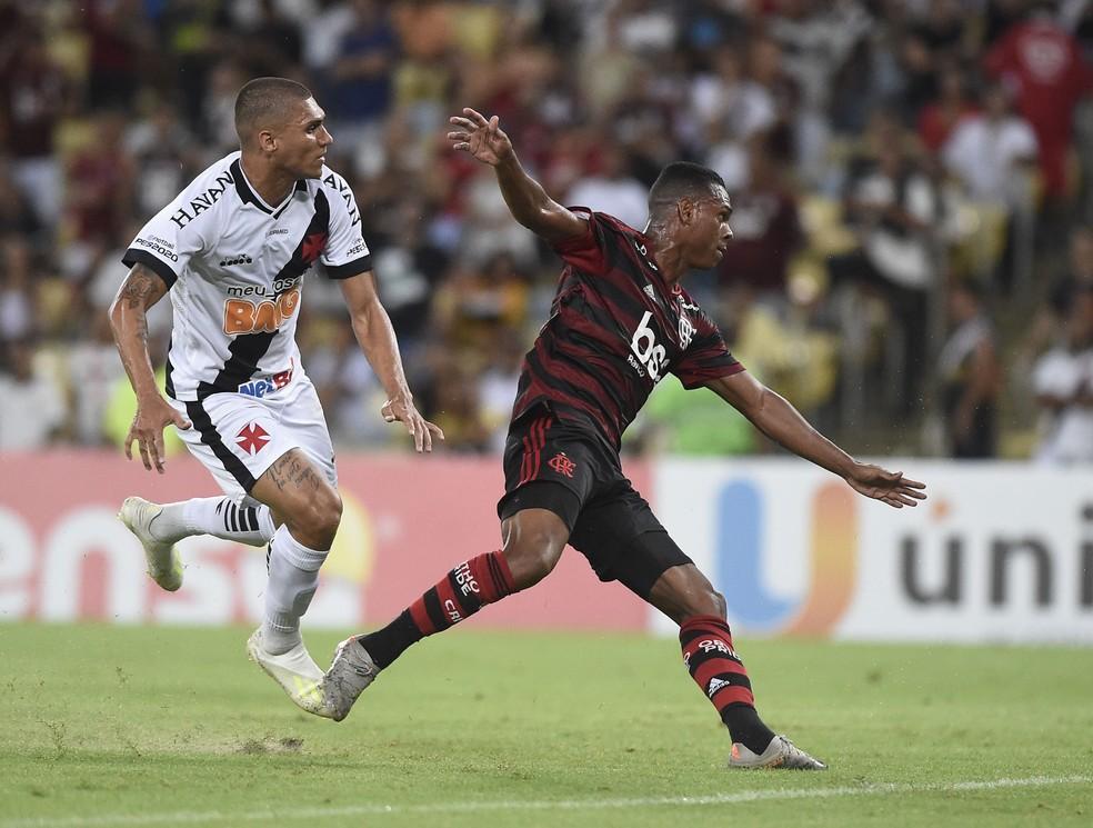 Alexandre em disputa com Lucas Silva no único clássico disputado entre Vasco e Flamengo em 2020 — Foto: Andre Durão