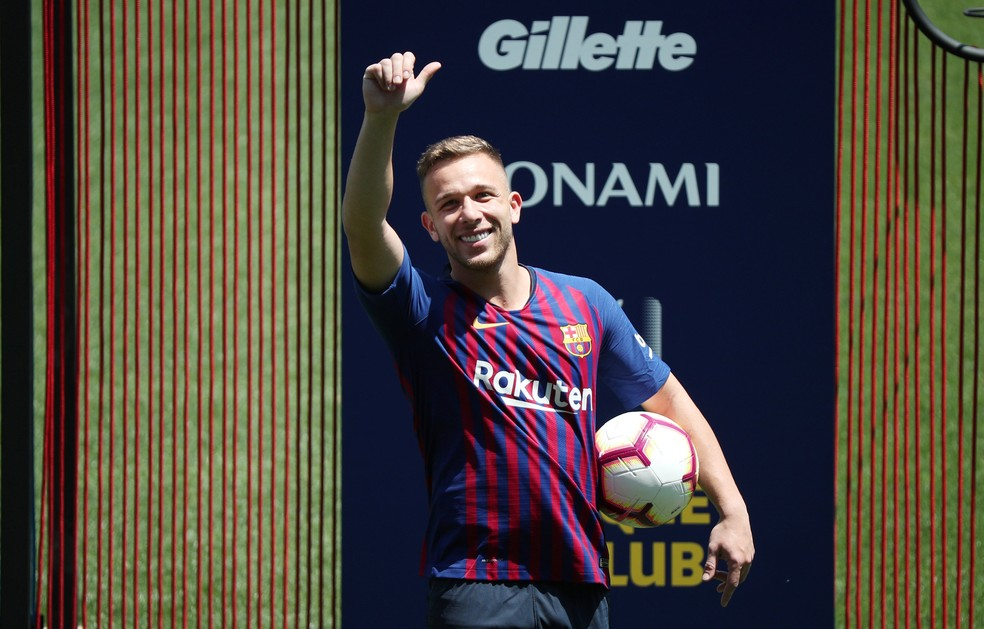 Arthur Melo no Camp Nou (Foto: Albert Gea / Reuters)