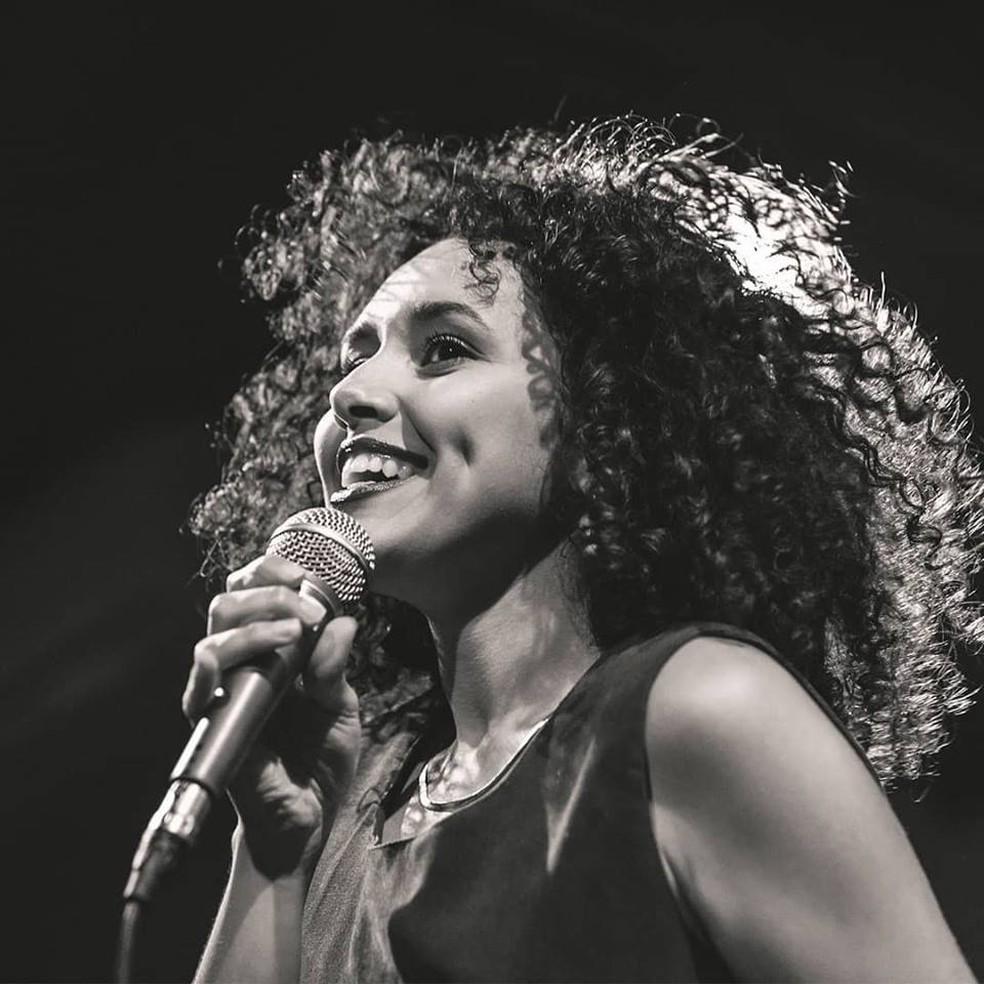 Cantora, compositora e multi-instrumentista Nina Oliveira se apresenta em Sorocaba — Foto: Divulgação