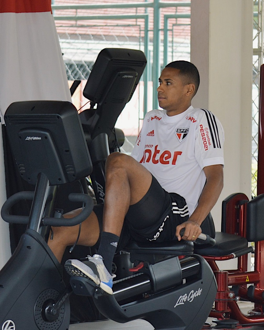 Bruno Alves faz treino regenerativo no São Paulo — Foto: Erico Leonan / saopaulofc.net