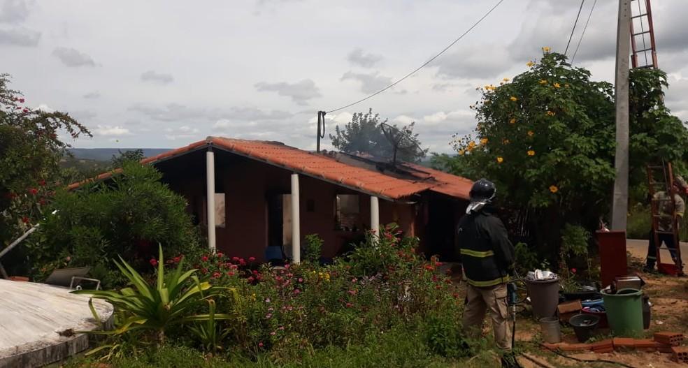 Bombeiros conseguiram apagar as chamas — Foto: Thiago Aragão