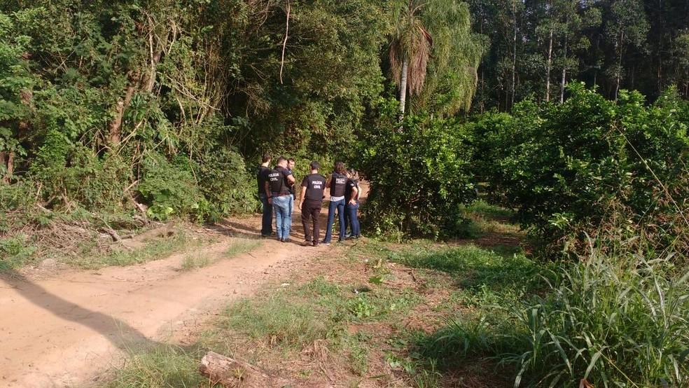 Policiais civis em local próximo de onde inspetor Leandro de Oliveira Lopes foi atingido com um tiro no Vale do Caí — Foto: Paulo Ledur/RBS TV