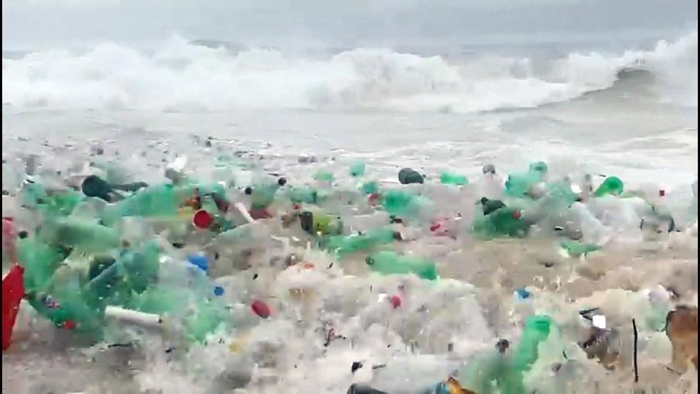 Lixo acumulado na Praia de São Conrado — Foto: Reprodução/TV Globo