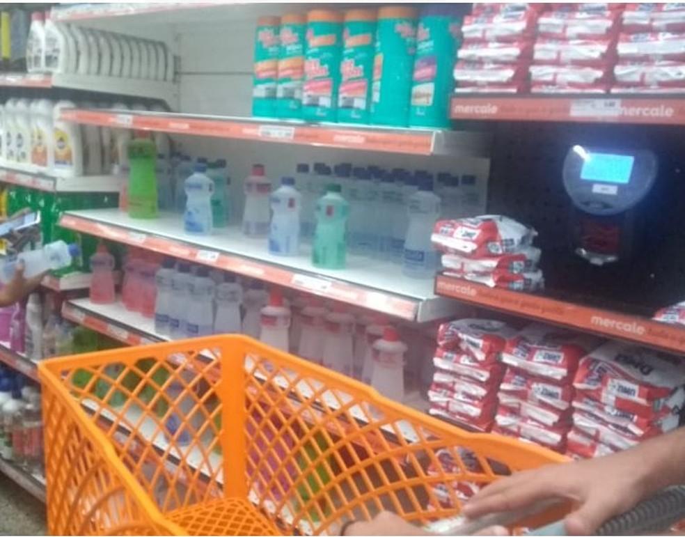 Álcool em gel está em falta nas prateleiras dos supermercados — Foto: Tálita Sabrina/Rede Amazônic Acre