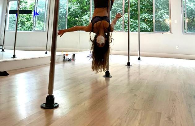 Luciana Paes também terá sequências de pole dance. Ela, que nunca tinha experimentado a dança, diz que está se divertindo muito, mas confessa: 'Estou toda roxa' (Foto: Arquivo pessoal)