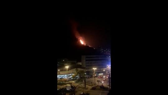 Bombeiros controlam incêndio em vegetação no mesmo lugar onde parte de prédio desabou em 2011