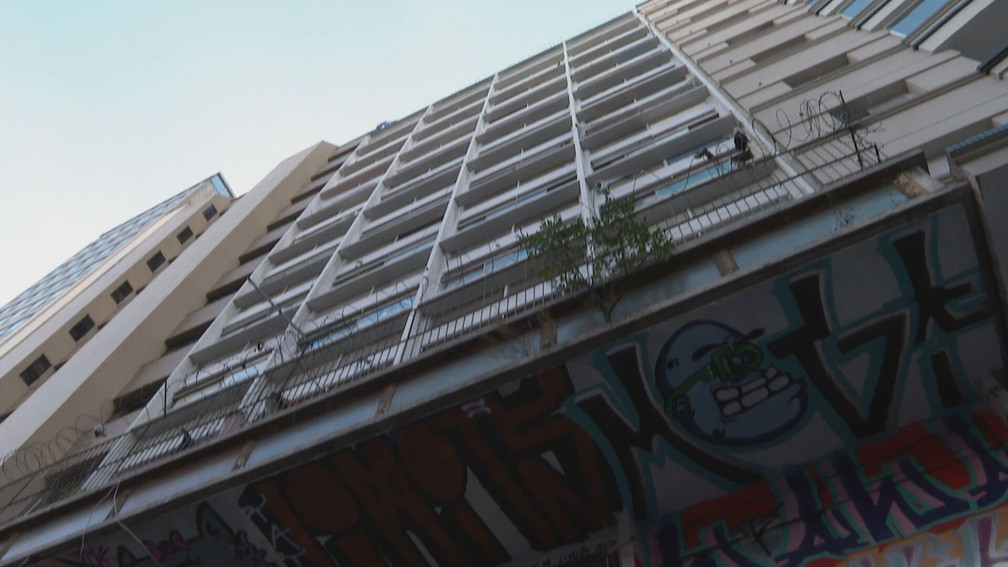 Prédio comercial estava abandonado quando 102 famílias ocuparam o lugar. — Foto: Reprodução/TV Globo