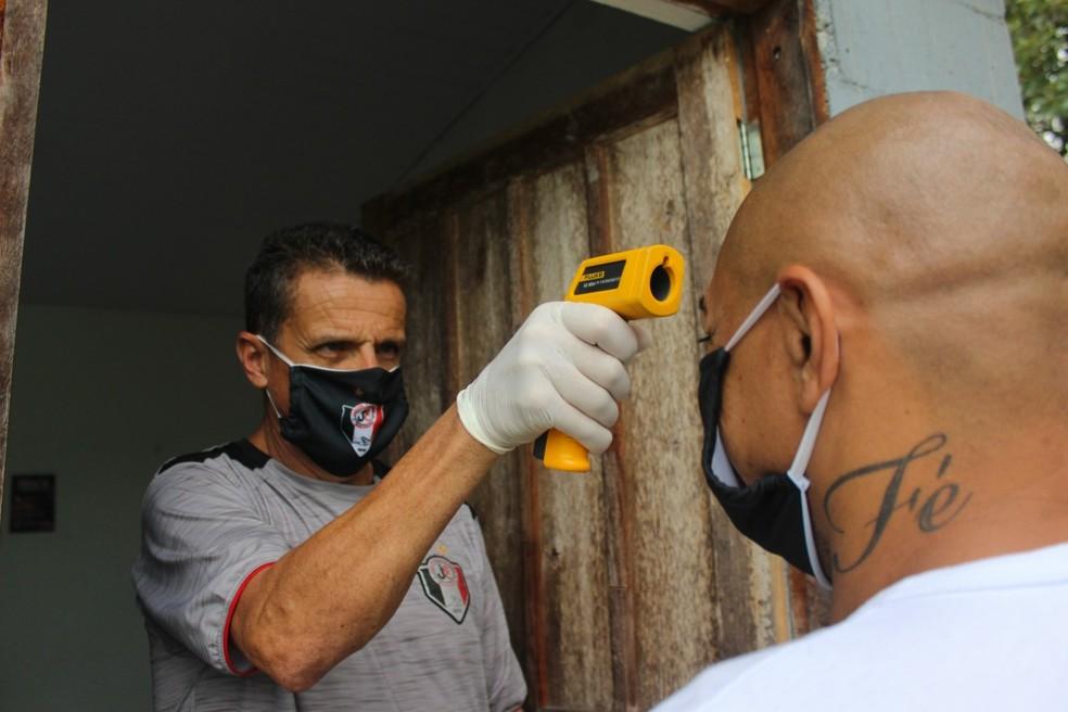 Testes Covid-19, coronavírus, Joinville, termômetro  — Foto: Yan Pedro/JEC