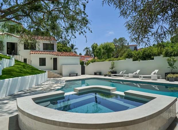 A área de lazer é composta por uma piscina que fica em um nível inferior à casa (Foto: The Agency)