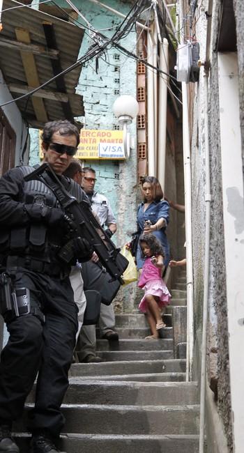 Policial durante visita de Joe Biden a comunidade no Dona Marta