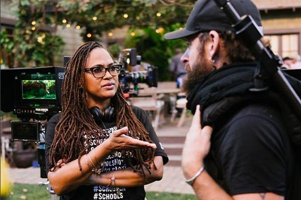 A cineasta Ava DuVarney digirindo uma cena de Uma Dobra no Tempo (Foto: Instagram)