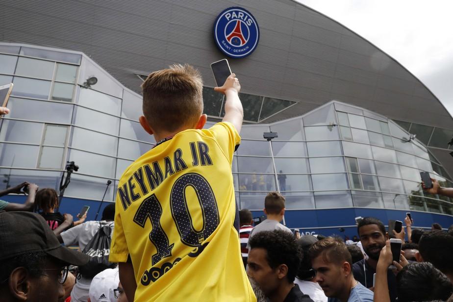 Já virou ídolo! Torcida faz festa ao redor do estádio do PSG para receber Neymar