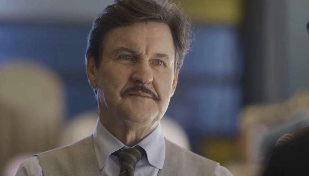 Júlio (Antonio Calloni) fica insatisfeito ao saber que Assad (Werner Schunemann) arrumou novo sócio — Foto: Globo