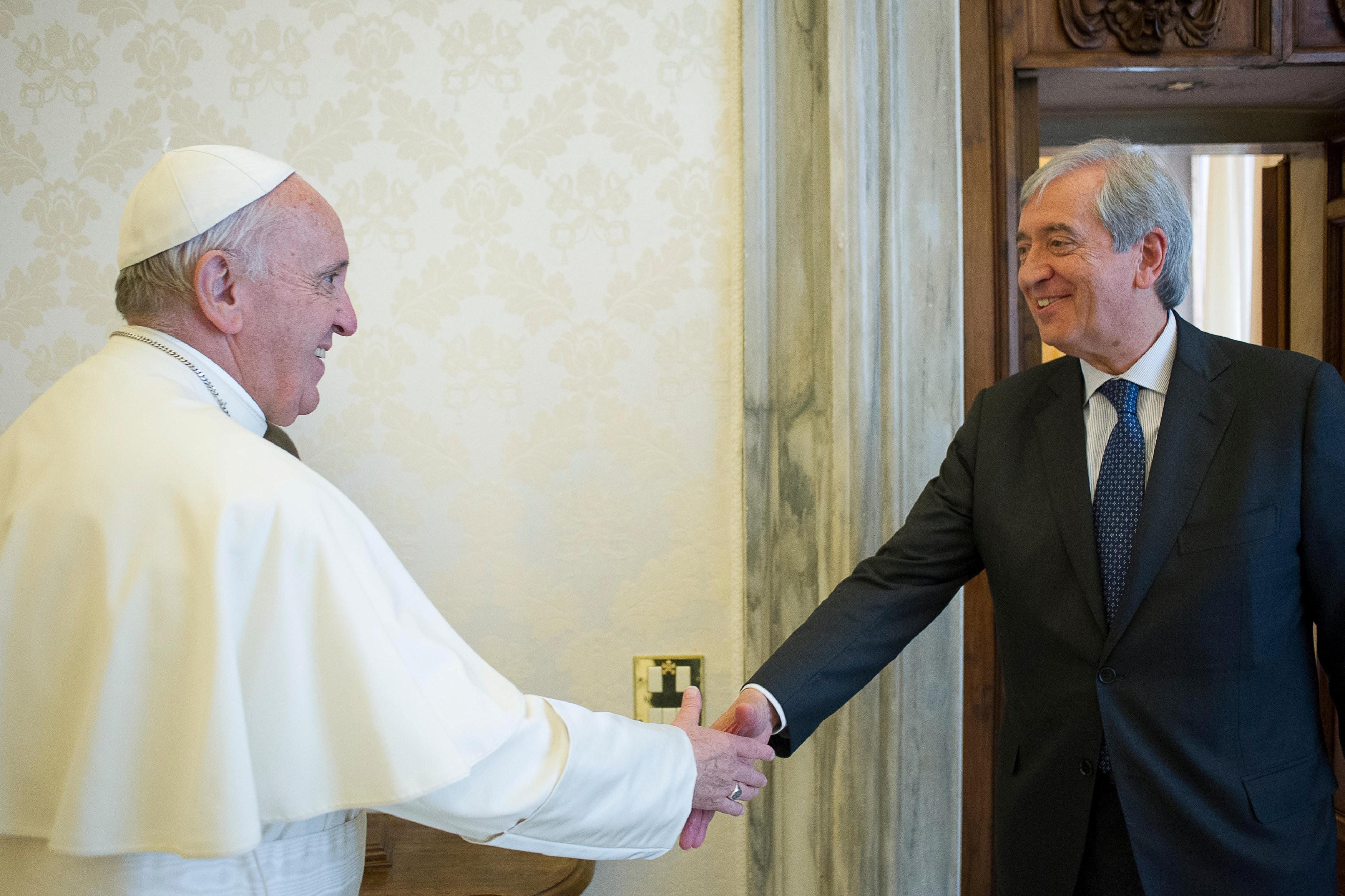 Vaticano afirma que expulsou controlador das finanças pública por espionagem