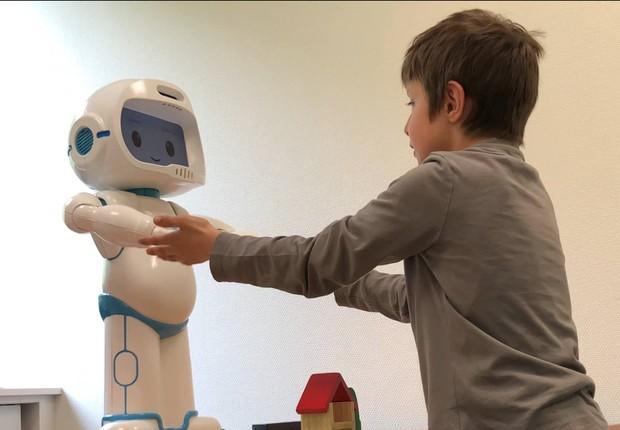 Um estudo realizado pela LuxAI e que será lançado no final desde mês mostra que a tecnologia tem impactos positivos no tratamento de crianças com autismo (Foto: LuxAI)