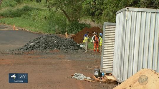 Após desmoronar, trecho que dá acesso a Sales Oliveira, SP, está fechado há três meses