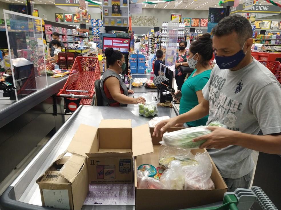 Caixas passam a ser alternativas para consumidores em Manaus — Foto: Paulo Frazão/Rede Amazônica