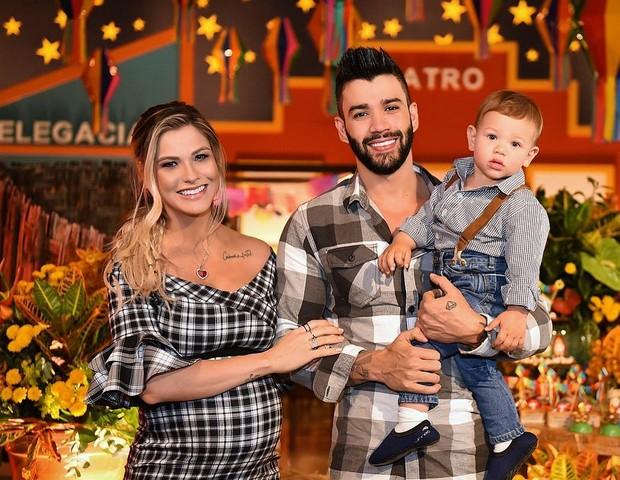 Gusttavo Lima com a esposa Andressa Suita e o filho mais velho, Gabriel, 1 ano (Foto: Reprodução Instagram)