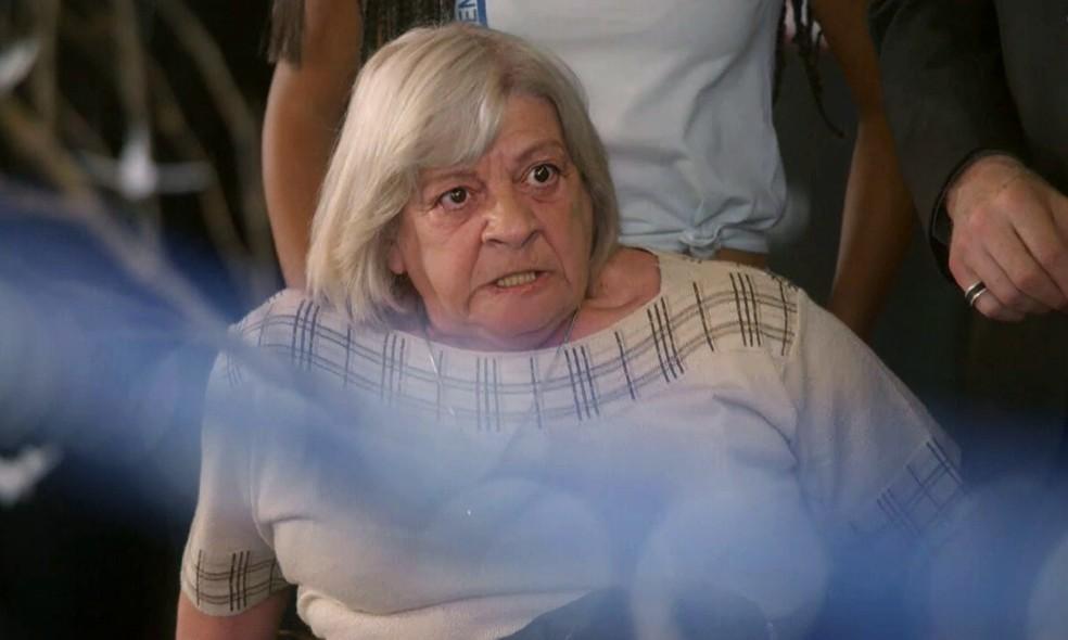 Dona Dalva (Iná de Carvalho) vira uma fera quando Nat (Maria Joana) chega à despedida de Alan (Diego Amaral) - 'Malhação Sonhos' — Foto: Globo