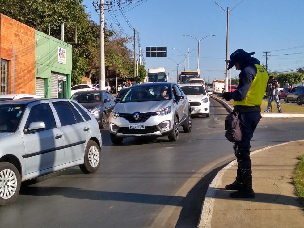 Trânsito no local ficou congestionado e foi desviado pelos agentes de trânsito (Foto: Leandro Trindade/TV Centro América)
