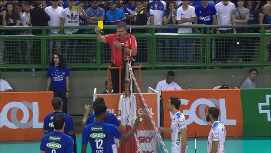 4º set: Otávio encara Leal, cubano dá o troco no ponto seguinte e ambos levam cartão