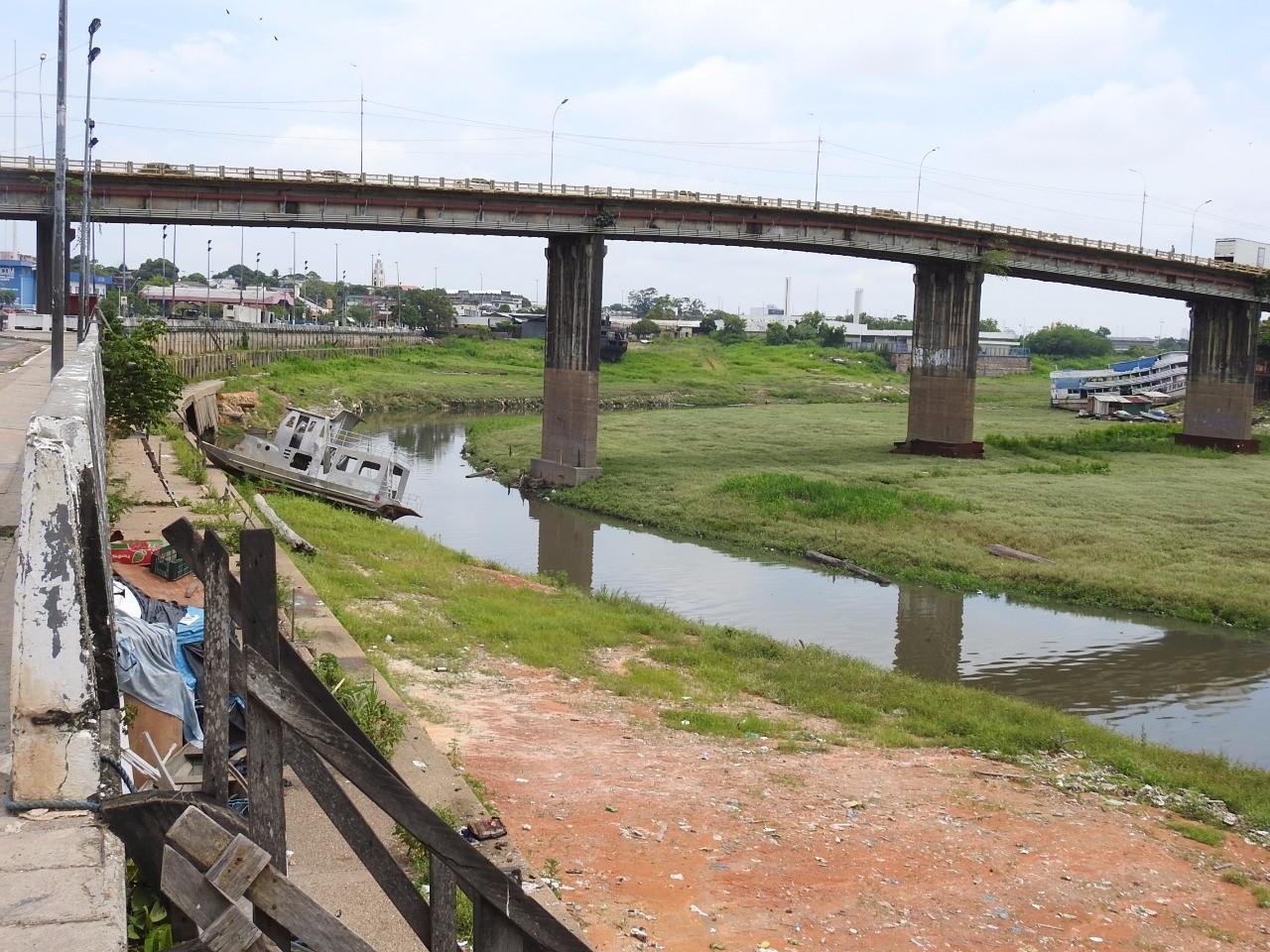 Homem com tornozeleira eletrônica é morto a tiros em Manaus; corpo foi achado no Educandos