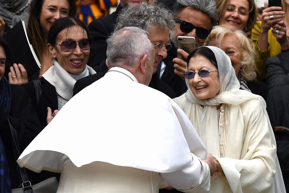 Bailarina Carla Fracci cumprimenta papa Francisco durante visita ao Vaticano em 2017 — Foto: Vincenzo Pinto / AFP