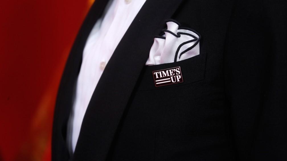Patrick Stewart chega ao Oscar 2018 com broche do movimento 'Time's Up' (Foto: Carlo Allegri/Reuters)