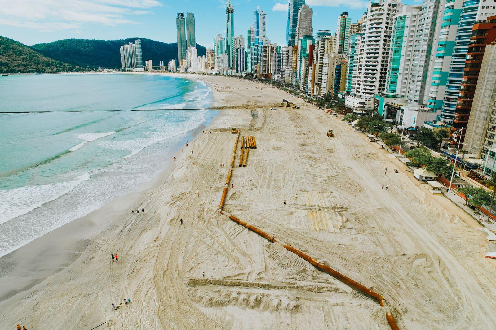 Tubulação é reposicionada e megaobra de alargamento em praia de Balneário Camboriú entra na fase final