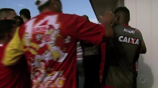 Ex-Fla e Bahia, Feijão leva socos de torcedores no CT do CRB; vídeo
