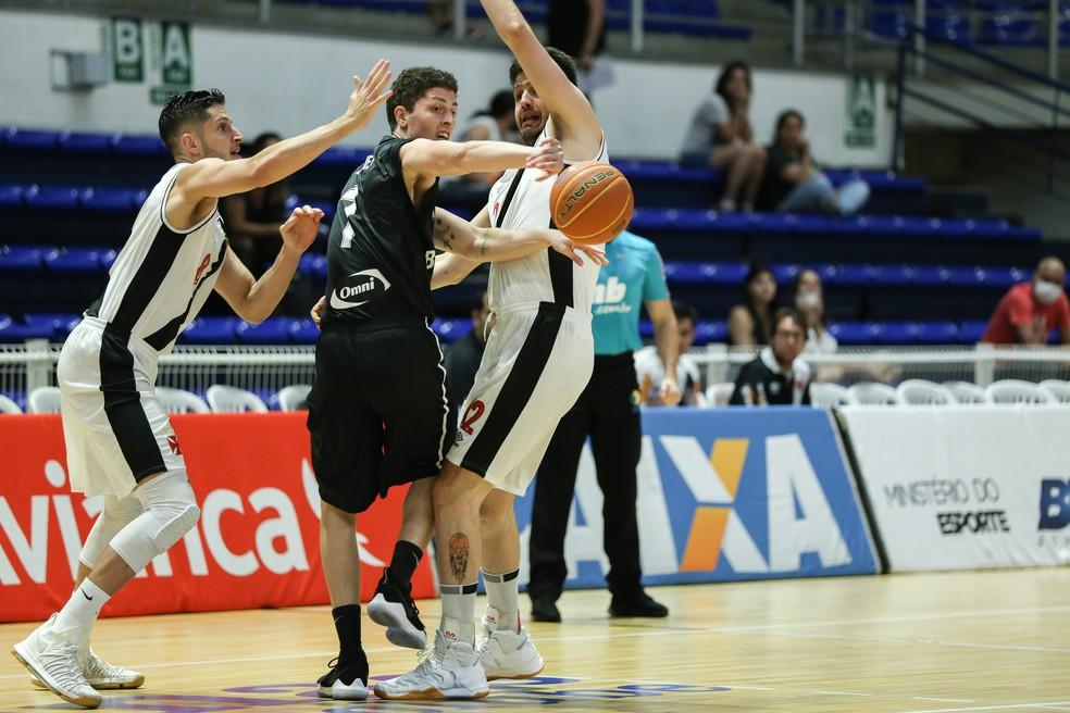 Gabriel, do Botafogo, e Giovannoni, em clássico recente pré-NBB (Foto: Caio Casagrande/LNB)