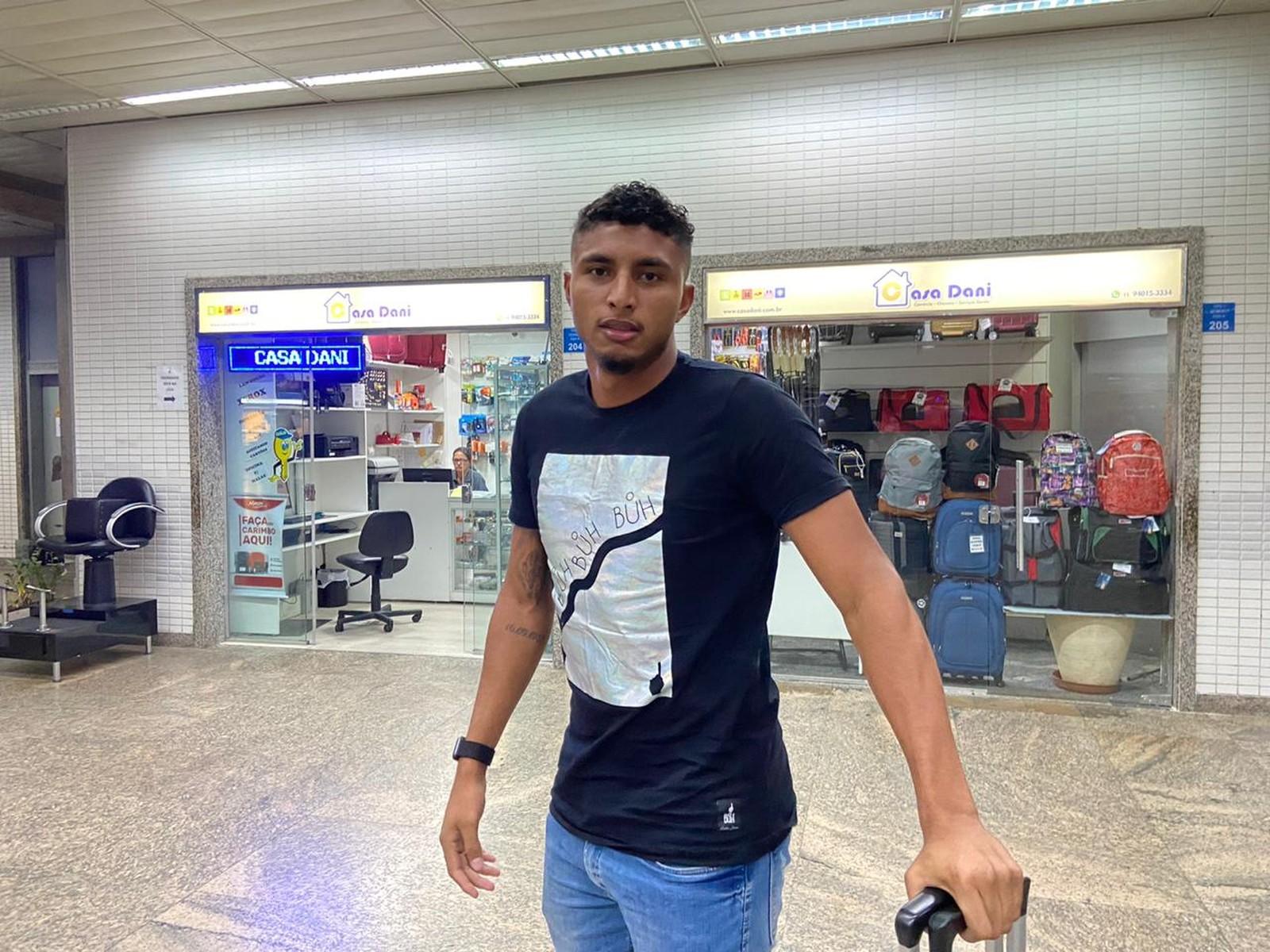 """Éderson desembarca em SP para assinar com Corinthians e elogia Tiago Nunes: """"Muito inteligente"""""""