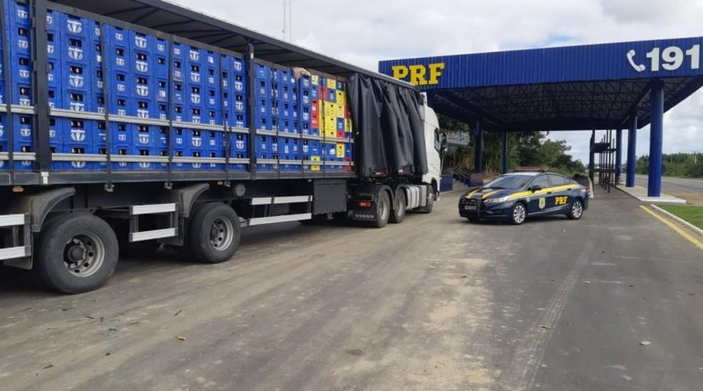 Transportados em caminhão, mais de 21 mil litros de cerveja são apreendidos por sonegação fiscal no sudoeste da Bahia — Foto: PRF-BA/Divulgação