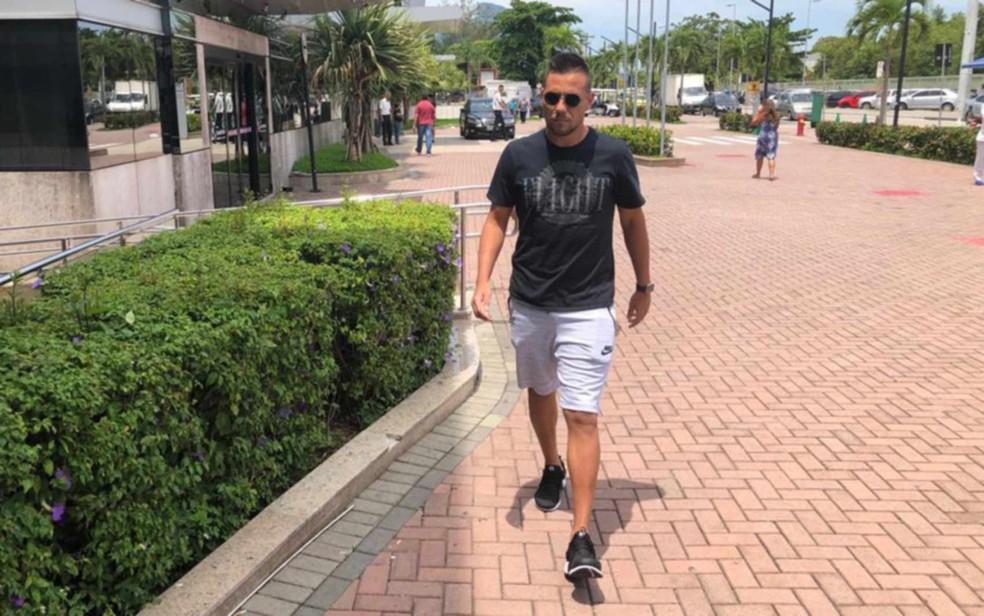 O goleiro Diego Alves, do time do principal do Flamengo, chega ao Hospital Vitória, na Barra da Tijuca — Foto: Carlos Brito/G1