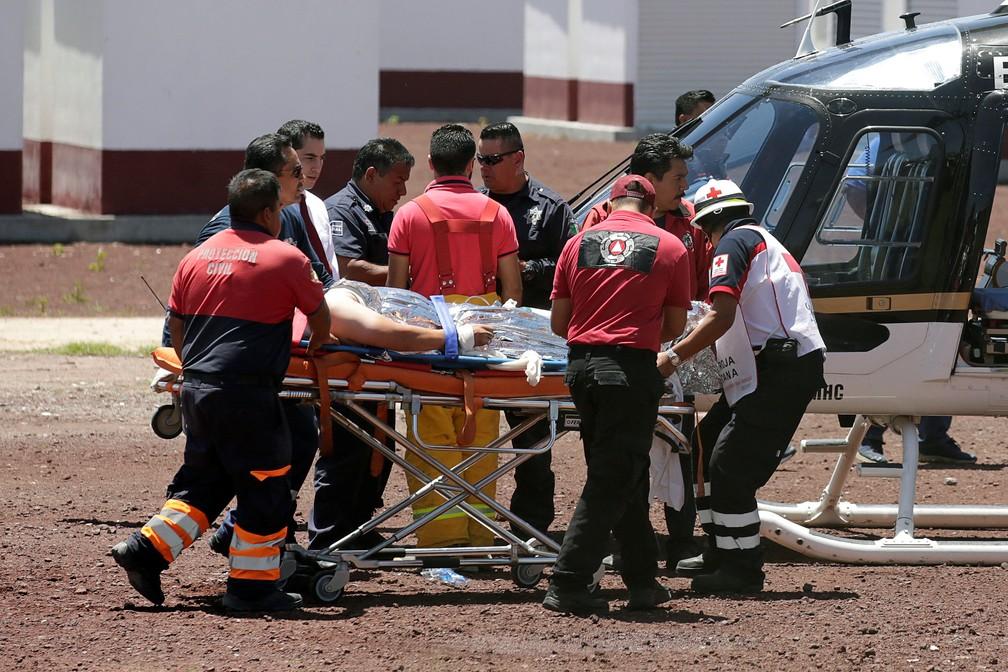 Equipes de resgate socorrem vítima de explosão em oficina de fogos de artifício no México (Foto: Reuters/Daniel Becerril)