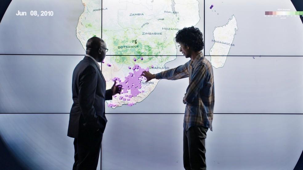 Documentário Era dos Dados é estrelado pelo jornalista científico Latif Nasser — Foto: Divulgação/Netflix