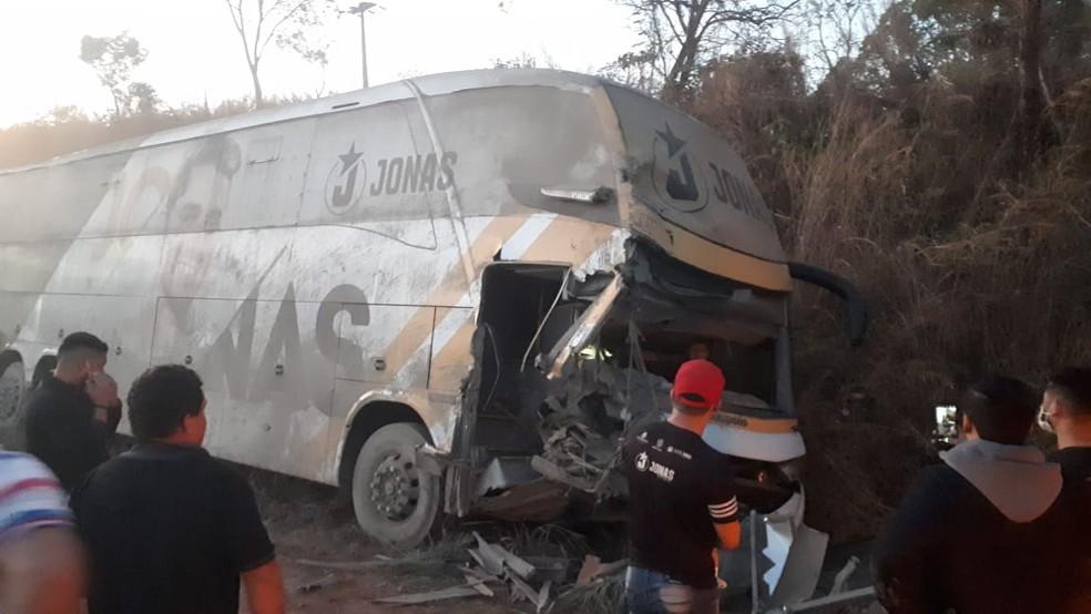 Acidente com ônibus da equipe do cantor Jonas Esticado deixou três feridos em Tuntum, no Maranhão — Foto: Divulgação/Redes Sociais
