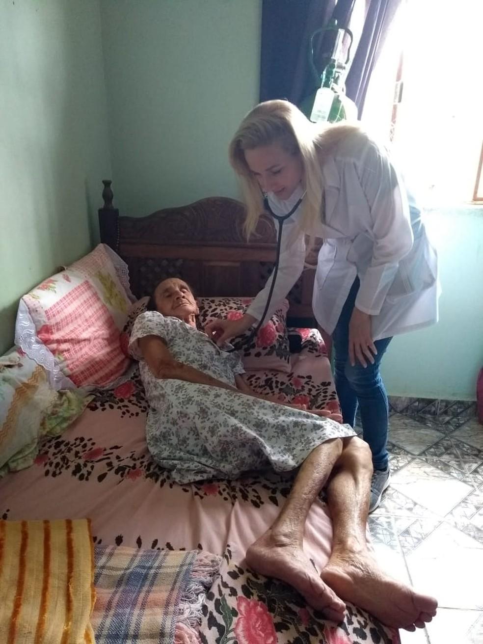 A médica cubana Yaime Perez Acuna atendia a população de Crucilândia (MG). — Foto: Yaime Perez Acuna/Arquivo pessoal