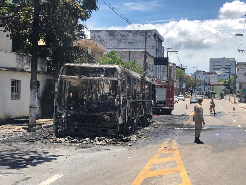 Ônibus pegando fogo na Avenida Maruípe, em Vitória — Foto: Fábio Linhares/TV Gazeta