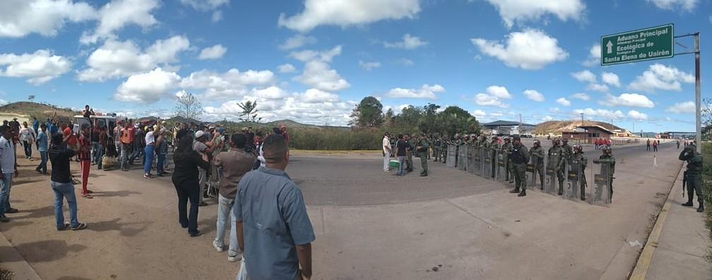 Guardas venezuelanos fazem bloqueio humano na fronteira Brasil - Venezuela pela BR-174 — Foto: Jackson Félix/G1 RR